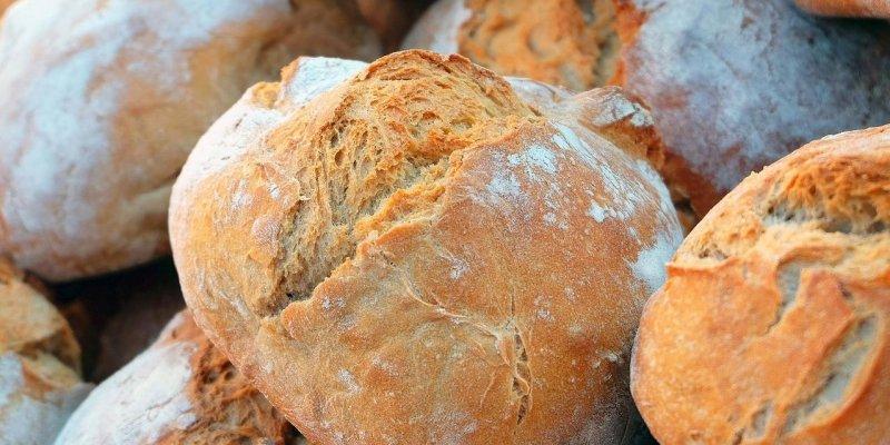 Podle čeho vybrat v obchodě dobrý chleba? Popraskaná kůrka není vždy vada