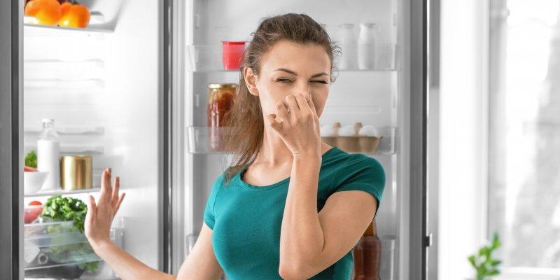Jak vyhnat zápach z lednice? Vsaďte na mletou kávu a další babské rady, které skutečně fungují