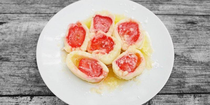 Jednoduché tvarohové knedlíky jako od babičky plněné ovocem