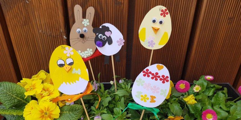 Velikonoční tvoření s dětmi – veselé zápichy do květináče