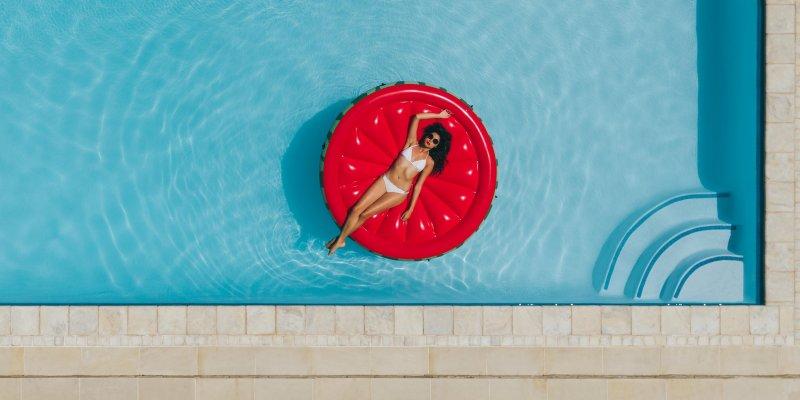 Jak mít křišťálově čistou vodu v bazénu? Důležitý je správný výběr chemie