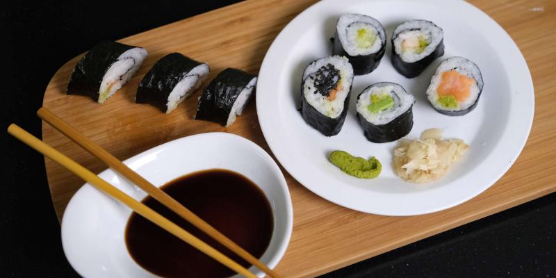 Jak si doma připravit sushi? Fígl s potravinovou fólií musíte znát