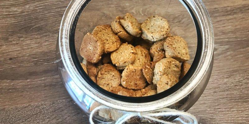 Upečte si rychlé ořechové sušenky. Zdravá svačinka i dekorace na stůl